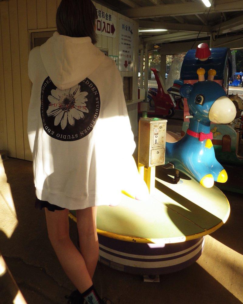 「EDDEN」Flower print over white hoodie コーデイメージ(3)