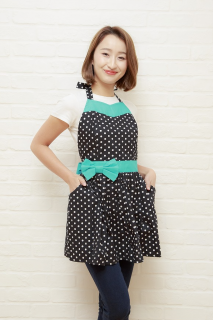 <img class='new_mark_img1' src='https://img.shop-pro.jp/img/new/icons34.gif' style='border:none;display:inline;margin:0px;padding:0px;width:auto;' />【30%OFF SALE】【ラスト3点】ブラック&ホワイト ドット エプロン アクアリボン(ポケット付)
