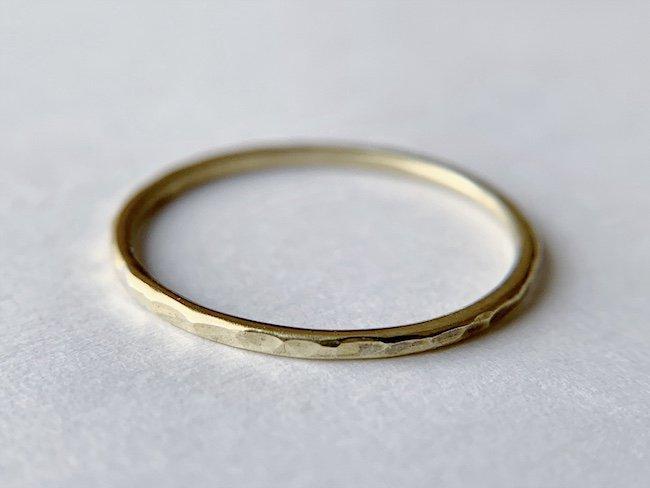 槌目をつけた真鍮の指輪 / 1.0mm