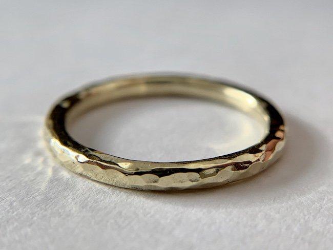 真鍮の全体に槌目をあしらった指輪 / 2.0mm