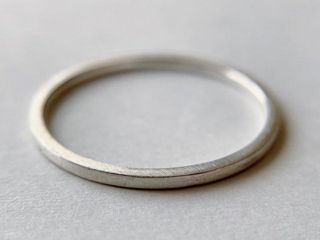 装飾のない角ばった銀の指輪 / 1.0mm