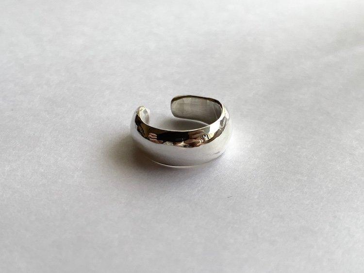 艶やかな銀のイヤーカフ