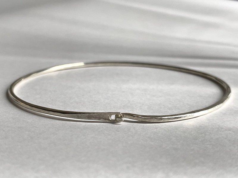 (新)槌で叩き上げた銀の腕輪