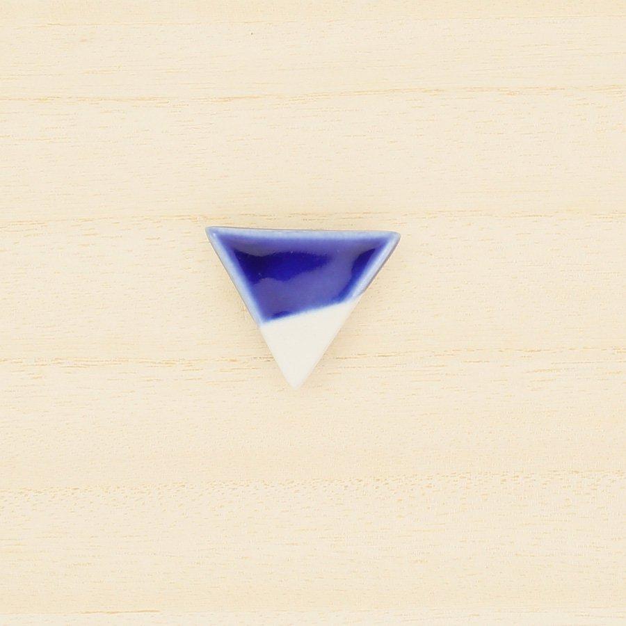 砥部焼・泰山窯 − 三角ブローチ 青色