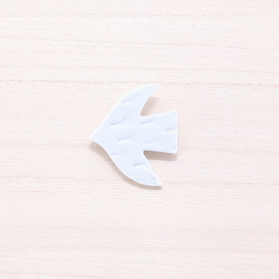 砥部焼・泰山窯 − 飛ぶ鳥ブローチ 白色(C)[泰山窯cosmic×scope×砥部焼TOBEYAコラボ商品]
