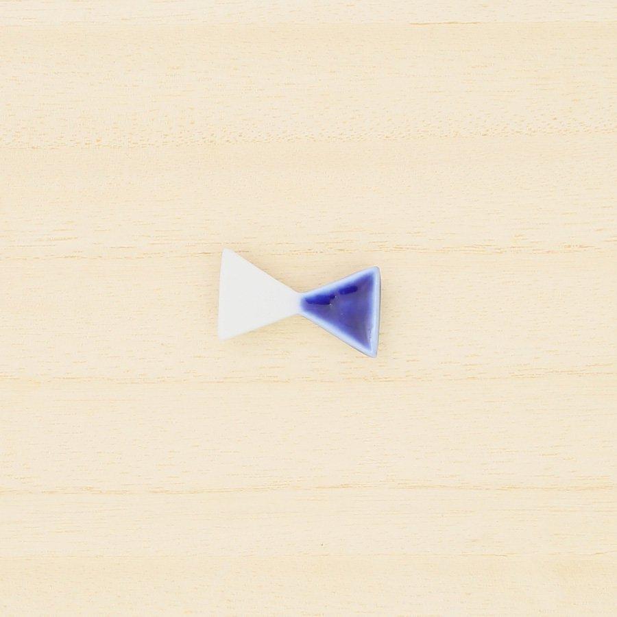 砥部焼・泰山窯 − リボンブローチ 小・青色