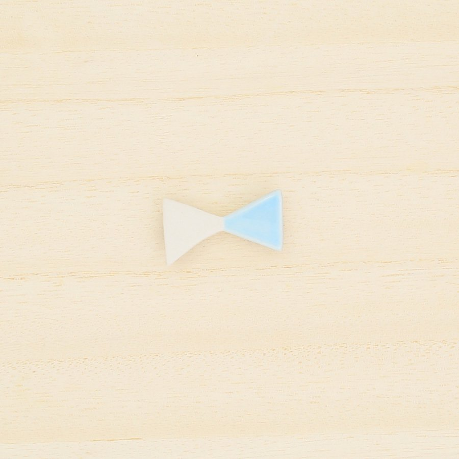 砥部焼・泰山窯 − リボンブローチ 小・水色
