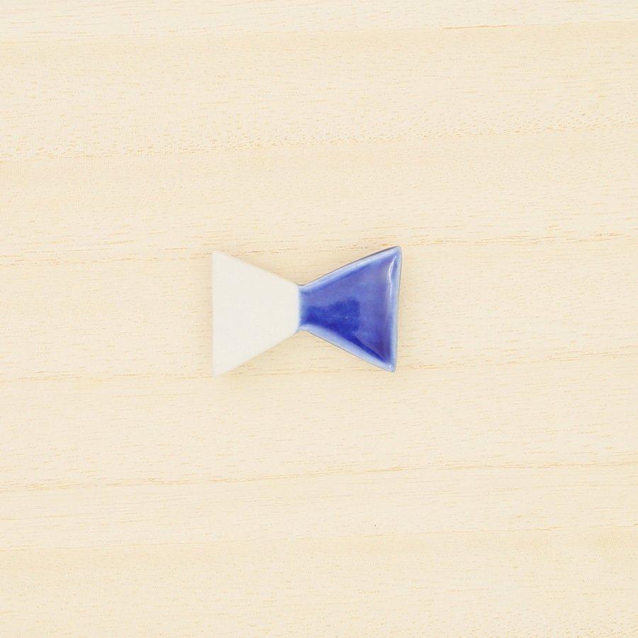 砥部焼・泰山窯 − リボンブローチ 大・青色
