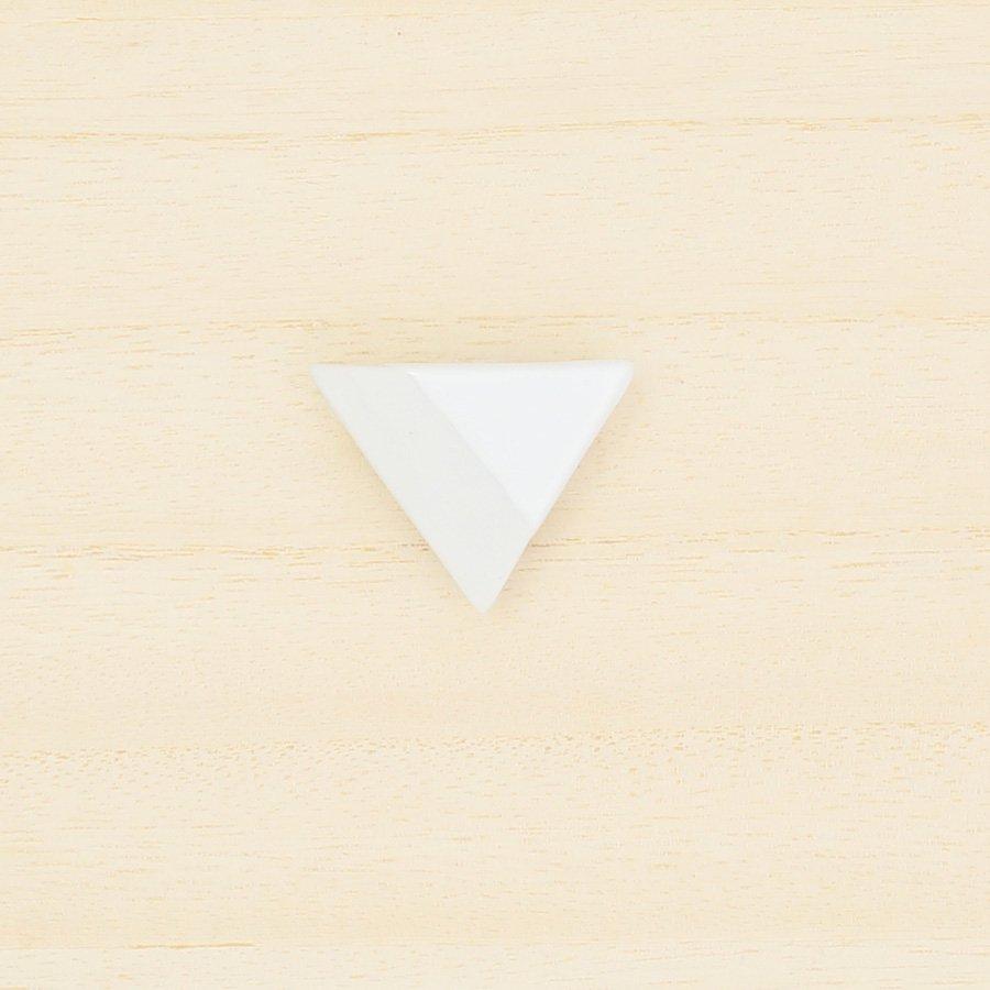 砥部焼・泰山窯 − 三角ブローチ 白色