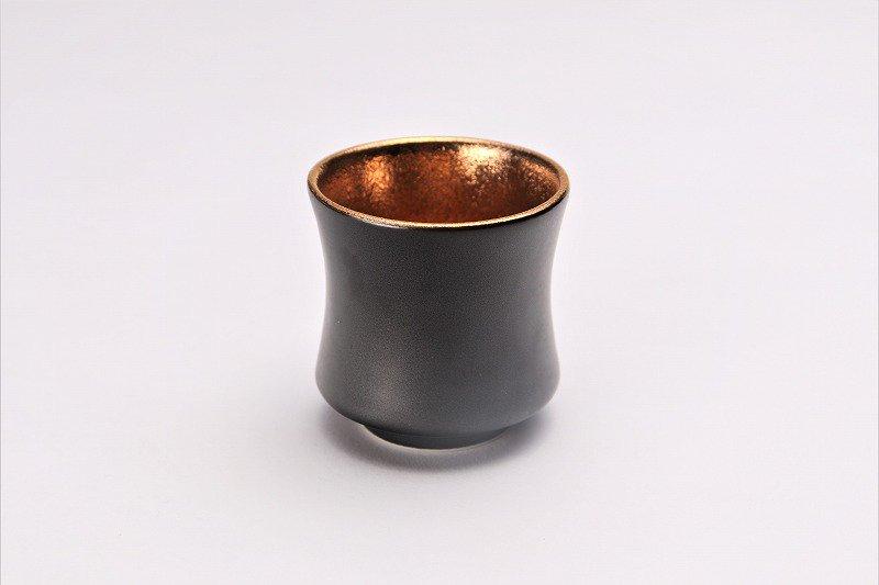 陶悦窯 黒マット金塗り 杵型ぐい呑 画像メイン