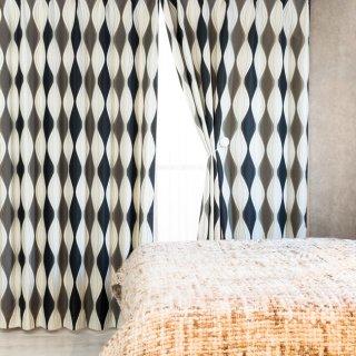スウェーデン調のモダンなプリント 遮光2級【パルナ】BK おしゃれなインテリアにおすすめの国産オーダーカーテン 寝室や出窓、カフェカーテンにも◎