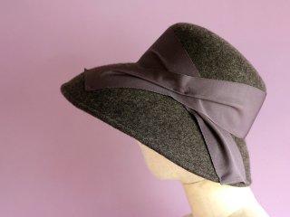 チャコールグレイの広つばフェルト帽
