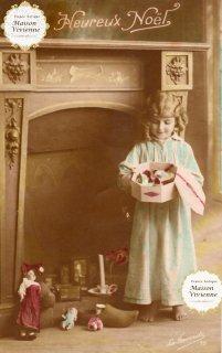 フランスアンティーク ポストカード Heureux Noel暖炉の前の 少女とプレゼント【普通郵便送料無料】