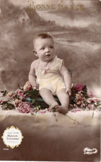 【未使用】フランスアンティーク ポストカード 薔薇の上でくつろぐ赤ちゃん【普通郵便送料無料】
