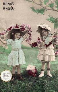 フランスアンティーク ポストカード お花のガーランドを持つ上流階級の美少女たち【普通郵便送料無料】