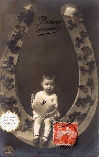 フランスアンティーク 馬蹄シリーズポストカード クローバーで飾った馬蹄に腰掛ける可愛い女の子【普通郵便送料無料】