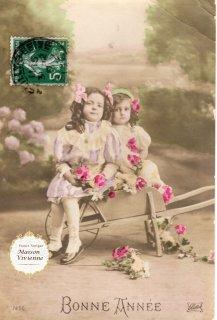 フランスアンティーク ポストカード 薔薇をたくさん散りばめた可愛い少女たち【普通郵便送料無料】