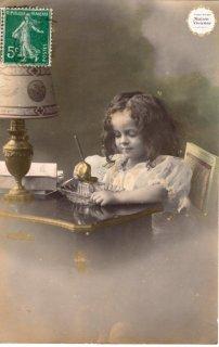 """フランスアンティーク・ポストカード """"ペンをインク壺に浸してみる女の子""""【普通郵便送料無料】"""