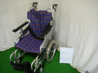 【中古車椅子】《Aランク》カワムラサイクル 介助式車椅子  KAK16-40B-LO 低床こまわりくん(WC-6010)