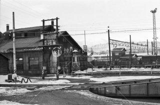 米沢機関区 煉瓦造りの機関庫とターンテーブル1972年3月