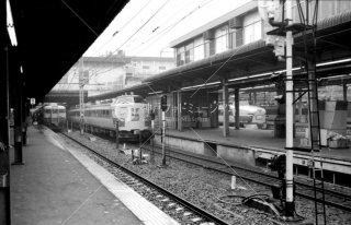 上野駅中央8番線ホーム 特急いなほ3号 左9番線ホーム 急行信州4号1980年3月