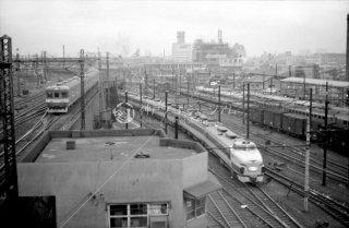 上野駅 左:常磐線中距離電車 右:特急「ひばり」1966年12月末