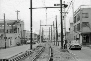 都電 王子四丁目付近 27系統の都電と交差する国鉄貨物線 1966年12月