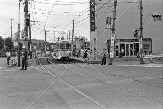 都電荒川線 熊野前停留所 横切る道路は尾久橋通り 早稲田行き7083 1975年6月