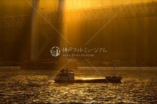 夕日の光芒 明石海峡大橋 第八弘栄丸