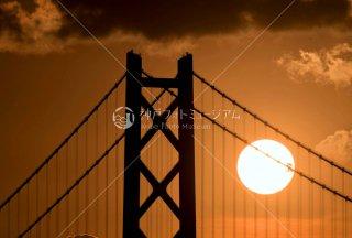明石海峡大橋主塔に沈む夕日