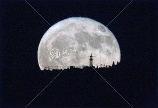 生駒遊園地に昇る満月
