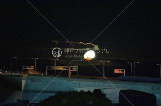 明石海峡大橋アンカレイジに沈む月
