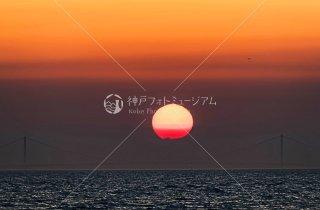 明石海峡大橋に沈む夕日 飛行機