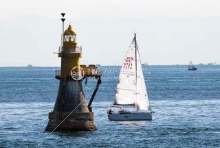 平磯灯標とヨット