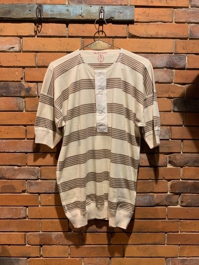 <img class='new_mark_img1' src='https://img.shop-pro.jp/img/new/icons1.gif' style='border:none;display:inline;margin:0px;padding:0px;width:auto;' />OLDE HOMESTEADER/HENRY NECK SHORT SLEEVE(RUSTIC BROWN BORDER)