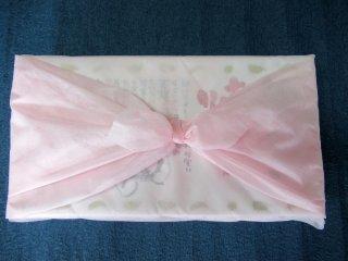 不織布の桃色の風呂敷