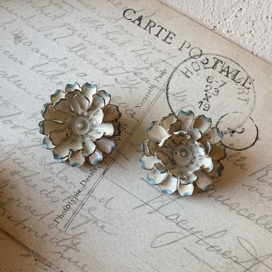 Vintage flower earrings<img class='new_mark_img2' src='https://img.shop-pro.jp/img/new/icons47.gif' style='border:none;display:inline;margin:0px;padding:0px;width:auto;' />