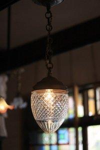 細かな格子のハンドカット 大ぶりなランプシェード