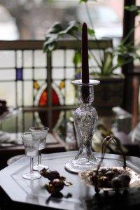 菊のハンドカットがあるガラス製キャンドルスタンド