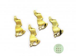 上を向いてお座りする犬のチャーム(真鍮製/ゴールドメッキ)4個セット