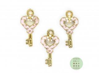 ベビーピンクのハートと小花のついた鍵のエナメルチャーム(キー/フラワー/ゴールド)3個セット