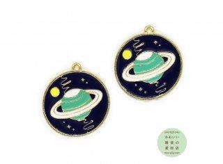 ディープブルーの星空に浮かぶミントブルーの土星の丸いエナメルチャーム(ラウンド)2個セット