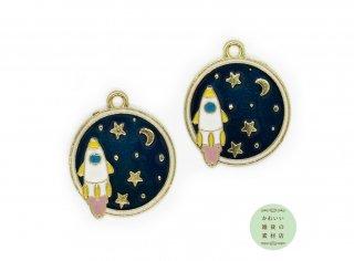 月星が輝く夜空を飛ぶロケットの丸いエナメルチャーム(ラウンド)2個セット