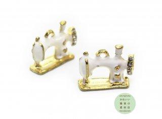 キラキラ☆ラインストーンのついたミシンの半立体エナメルチャーム(ホワイト/ゴールド)2個セット