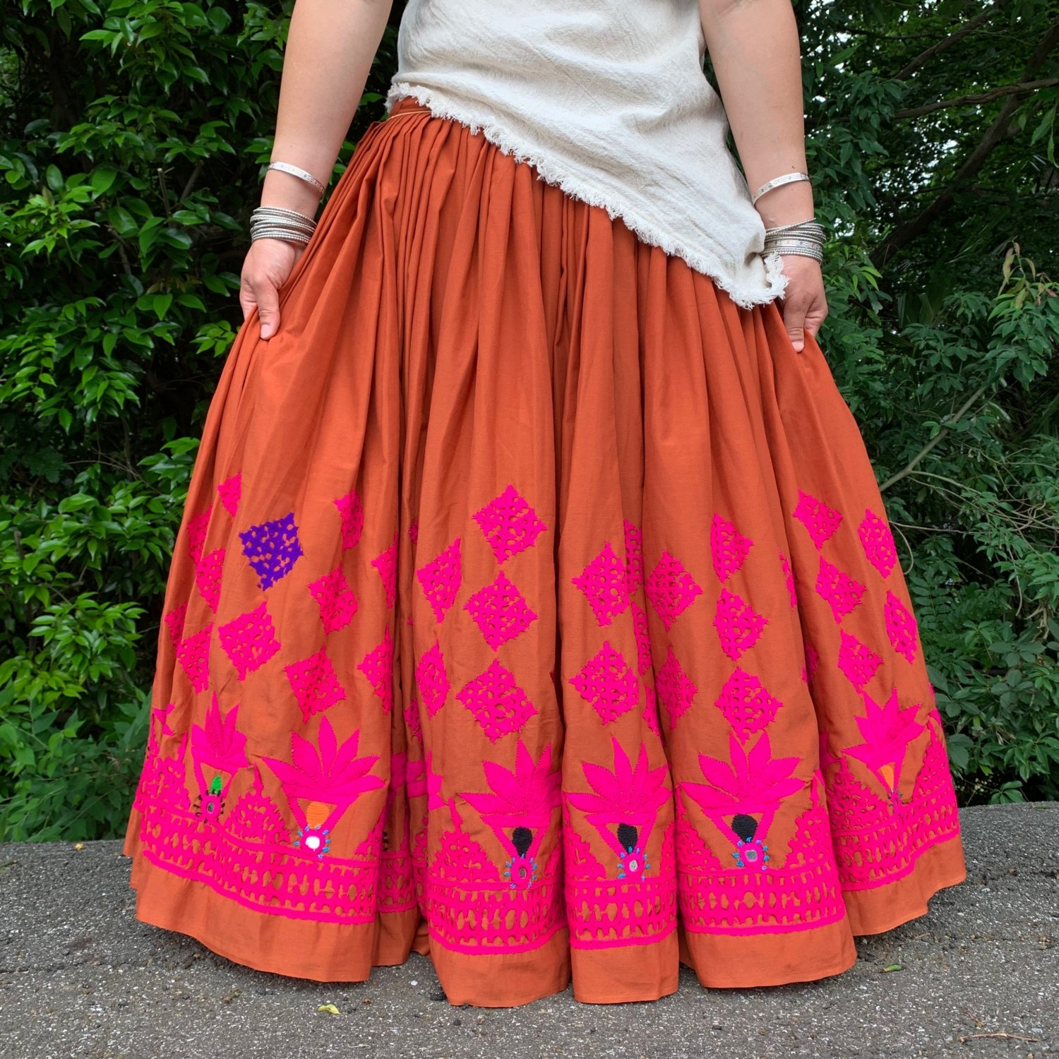 <img class='new_mark_img1' src='https://img.shop-pro.jp/img/new/icons1.gif' style='border:none;display:inline;margin:0px;padding:0px;width:auto;' />Rajasthani gypsy skirt #4* vintage * インド刺繍スカート バンジャラ《テラコッタ》