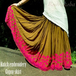 <img class='new_mark_img1' src='https://img.shop-pro.jp/img/new/icons1.gif' style='border:none;display:inline;margin:0px;padding:0px;width:auto;' />Rajasthani gypsy skirt #35* vintage * ラジャスタン刺繍スカート バンジャラ《ヘナ色2》