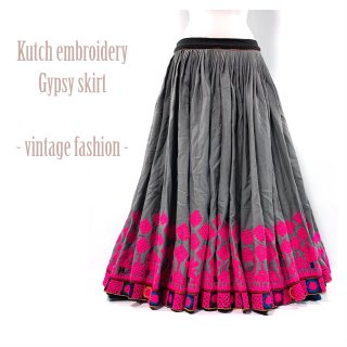 <img class='new_mark_img1' src='https://img.shop-pro.jp/img/new/icons1.gif' style='border:none;display:inline;margin:0px;padding:0px;width:auto;' />Kutch gypsy skirt #47 *vintage * カッチ刺繍スカート バンジャラ《グレー6》