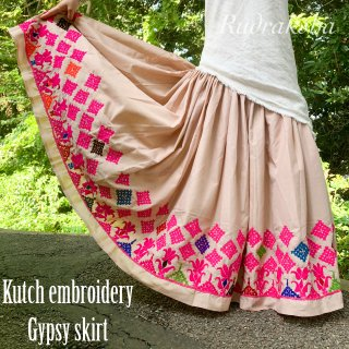 <img class='new_mark_img1' src='https://img.shop-pro.jp/img/new/icons1.gif' style='border:none;display:inline;margin:0px;padding:0px;width:auto;' />Kutch gypsy skirt #74 *vintage * ヴィンテージカッチ刺繍スカート《ライトベージュ》