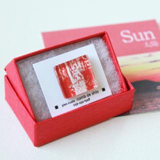 伊勢志摩シリーズ・1点ものガラスラペルピン「太陽/Sun」|箱付|男女兼用