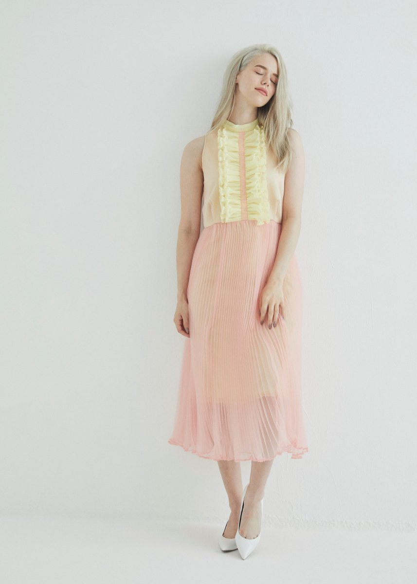 <img class='new_mark_img1' src='https://img.shop-pro.jp/img/new/icons1.gif' style='border:none;display:inline;margin:0px;padding:0px;width:auto;' />Front frilled pleats dress